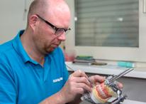Remko Brouwer tandprotheticus aan het werk